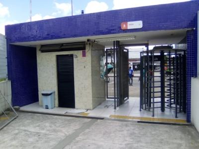 Estação de ônibus de portas abertas