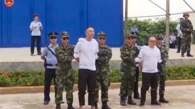 China condena dois traficantes à morte diante de centenas de crianças