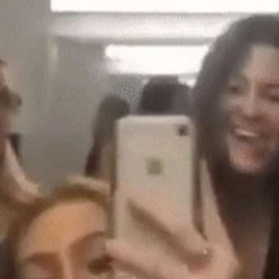 mulheres no banheiro