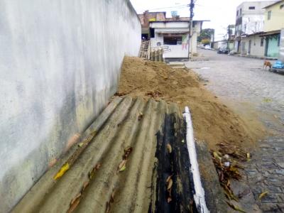 Telhas, areia e tijolos na calçada
