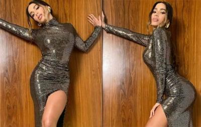 Anitta surge luxuosa em vestido com fenda poderosa: 'Bonita'