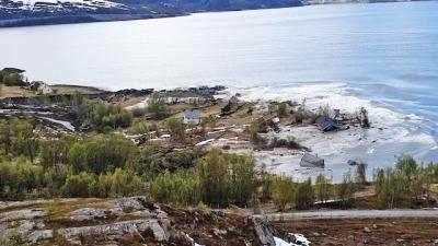 Homem grava um deslizamento de terra inacreditável