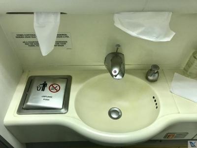 É seguro lavar as mãos e beber água nos aviões?