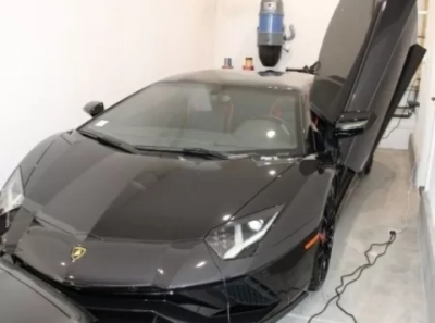 Americano usa auxílio emergencial para comprar 3 carros de luxo e vai preso