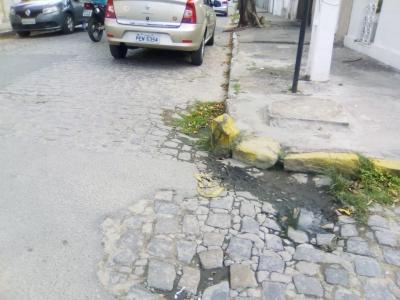 Pedra danificando carros