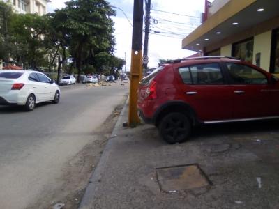 Carros na calçada