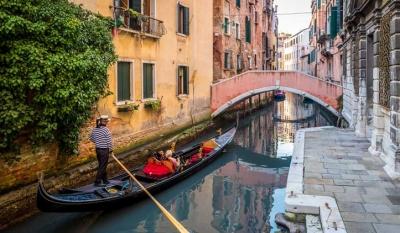 Excesso de peso de turistas faz Veneza diminuir número de pessoas em gôndolas