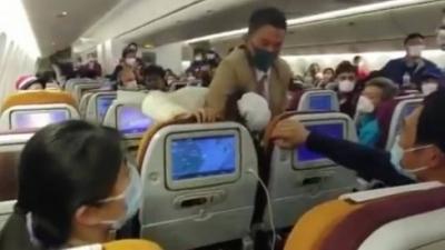 Passageira recebe mata-leão após tossir em comissários de bordo