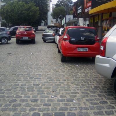 Estacionamento irregular causa engarrafamentos