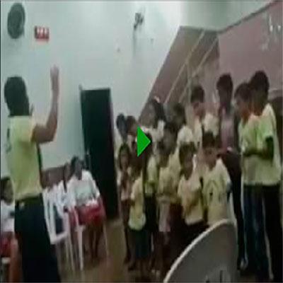 Os meninos do coral da igreja que decidiram resolver no soco quem cantava melhor